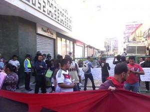 Esta calle de acceso al Congreso Nacional fue cerrada desde las 5 de la mañana por los militares y policías.