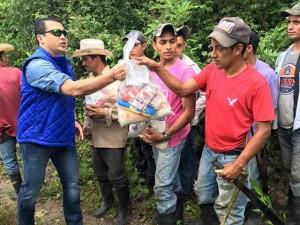 """En la actualidad Tony Hernández encabeza la entrega de las """"bolsas solidarias"""" y otras ayudas sociales del programa """"Vida Mejor"""" en el departamento de Lempira."""