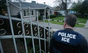 Los oficiales del ICE estan entrando a las viviendas sin orden judicial
