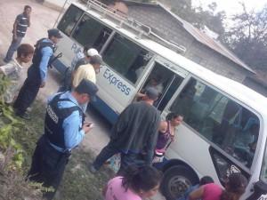 Los policías bajan la gente de los buses y los registran como si fueran delincuentes