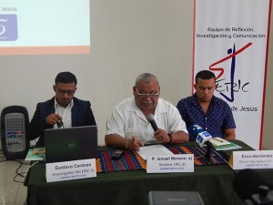 """El Padre Ismael """"Melo"""" Moreno, flanqueado por Elvin Hernandez y Gustavo Cardoza del equipo del ERIC"""