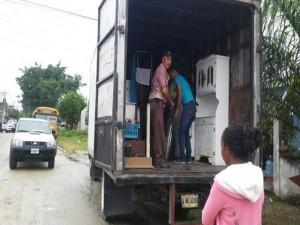 Los vecinos cargan sus enseres para abandonar de inmediato la zona por temor a ser asesinados