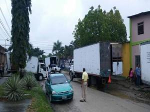 Varios camiones de compañías de mudanzas hay llegado al sector para trasladar a los colonos