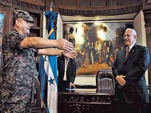 El presidente de facto Roberto Micheletti su compinche en el golpe de estado Romeo Vásquez Velasquez
