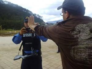 Los policías ahora se dedican a tomar fotos y videos de los manifestantes