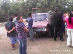 Los vecinos rodearon el carro para evitar que el activista nacionalista fuese a traer un arma para atacar a Vásquez