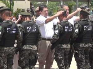 Todo problema social, de salud, político o educativo el mandatario hondureño lo resuelve con militares