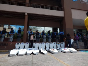 Los ataúdes con los rostros de los periodistas asesinados fueron colocados en la entrada del Ministerio Público.