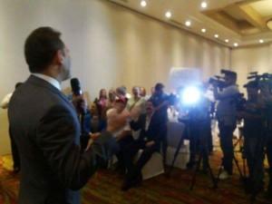 Robert Carmona Borjas diserta, mientras en primera fila se encuentra el expresidente Manuel Zelaya.