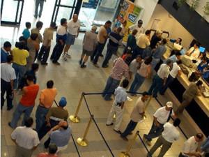 Filas de aficionados captados en el Banco Central de Honduras, quienes adquieren boletos para el partido del miércoles entre Honduras y Guatemala, en el estadio Olímpico Metropolitano. Fotografía Prensa Libre, de Carlos Morales Chacón.