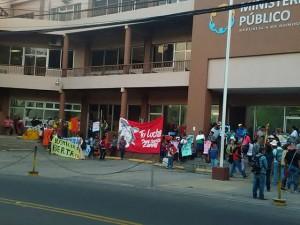 Ante la falta de respuesta por el gobierno hondureño, las mujeres del Copinh se han apostado frente al Copinh exigiendo que se aclare el crimen