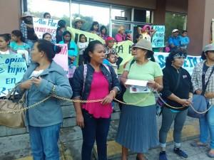 La peculiar protesta inició este martes desde tempranas horas de la mañana.