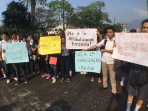 El rechazo del proyecto de albetización se ha generalizado en todo el país. En la gráfica una protesta de estudiantes de colegios de Tegucigalpa