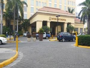 Así de resguardado lucía el hotel desde antes de comenzar la conferencia de prensa.