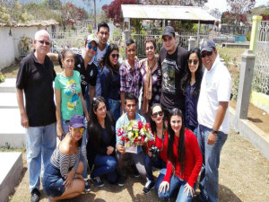 Jóvenes de la UNAH-VS visitando la tumba de Berta Cáceres