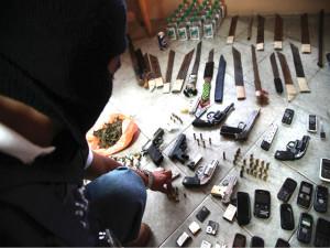 En cada redada al interior de las cárceles encuantran armas celulares y droga, pero nunca se castiga a los efectivos militares que son quienes introducen todo.