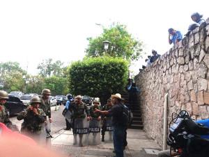 Los policías y miliatres impiden que los simpatizantes de David Romero puedan a ingresar a la audiencia que es pública