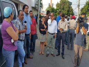 El personal de Radio y TV Globo se traslado desde muy temprano frente a las oficinas de Conatel para realizar su transmision de este día desde ese sector.