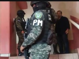 Los elementos de Fusina en las gradas de acceso a Globo TV, al fondo el periodista Ivis A