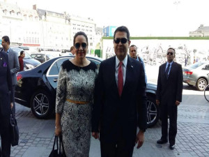 Instantes en que la pareja presidencial de Honduras  arribaba a Copenhague.