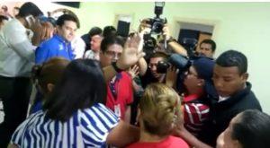 Las mujeres le gritaron en la cara a Juan Diego Zelaya y le tiraron agua al igual que a Gladys Aurora López por traicionar a las mujeres con su posición partidaria.