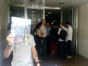 En Barcelona, España el Consulado de Honduras se negaba a recibir la carta de los hondureños y finalmente accedieron a recibir a dos diputadas del parlamento de Cataluña pero no aceptaron recibir la representación de la plataforma Berta Vive.