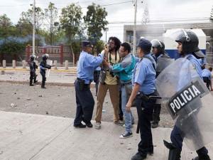 Los policías arremetieron contra los periodistas que cubrían el evento. Aquí cuando golpeaban a Cesario Padilla