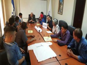 Los maestros y alumnos plantean sus demandas al titular del Conadeh, Roberto Herrera Cáceres.