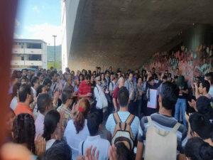 Al salir de la asamblea los docentes hicieron un recorrido por la ciudad universitaria para mostrar su respaldo a los universitarios