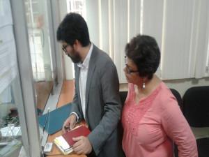 Edy Tabora, director de C-Libre y la periodista Sandra Maribel Sanchez, cuando presentaban el recurso en la secretaría de la Sala Constitucional.