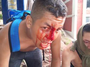 Los policias hacen uso excesivo de la fuerza al reprimir a los manifestantes. (Foto de Gilberto Ríos)