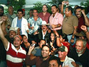 El expresidente Manuel Zelaya junto a parte de quienes le acompñanaron en la sede diplomática de Brasil en Tegucigalpa.