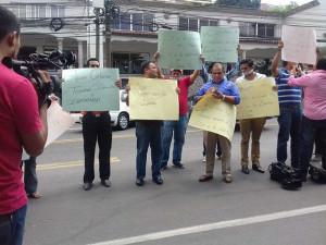 David Romero (camisa azul) encabezó la protesta frente a Casa Presidencial