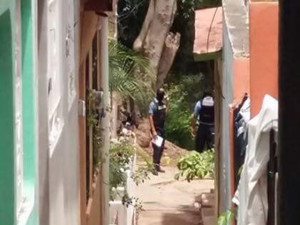"""Policías encapuchados comenzaron a ingresar por la parte trasera de la universidad a la altura de la Villa Olímpica """"José Simón Azcona"""""""
