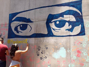 Los ojos que vigilan la lucha, también fueron plasmados en un mural.