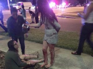 Los heridos se ayudan entre si mientras llegaba la policía y los cuerpos de socorro