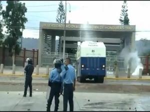 Los estudiantes fueron atacados con la tanqueta de agua y con bombas lacrimógenas