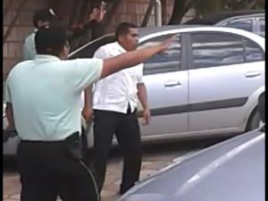 Aunque los medios del sistema quieren decir que era un padre de familia, el guardia portaba su arma y la usó contra los estudiantes.