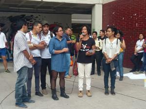 Los estudiantes dan lectura al comunicado en la plaza de las cuatro culturas en la Ciudad Universitaria