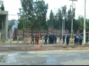 La policía cerró los portones con la finalidad de capturar a los estudiantes
