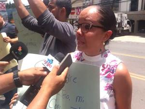 Periodista Victoria Aguilar con lágrimas en los ojos reclamó su derecho a trabajar y a informar