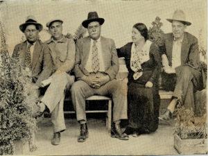 """03) El General Carías, en Zambrano, junto a su esposa,Juan Manuel Gálvez , Antonio C. Rivera y José María Albir, alias """"pico de oro"""", de boina."""