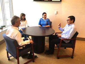 La pareja presidencial hondureña dialoga con Luigi Boria, alcalde de Doral y su esposa
