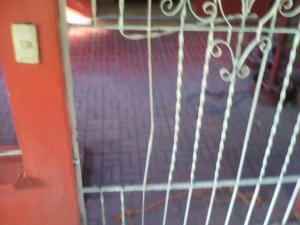 La gráfica muestra la forma cómo los delincuentes forzaron los barrotes del portón para ingresar.