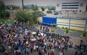 Padres, madres y estudiantes se manifestaron este día frente a la DPI exigiendo la liberación de los 22 estudiantes capturados