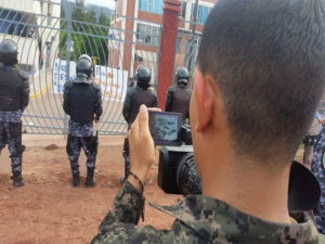 Los militares y policías andas sus cámaras de video y fotográficas para levantar perfiles de los estudiantes.