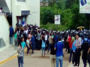 Los policias y militares igual que en agosto de 2009 ingresaron al campus universitario violando la autonomía universitaria solo que esta vez a petición de Julieta Castellanos