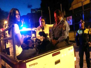 """Las defenmsoras de derechos humanos fueron trasladadas en la """"paila"""" de una patrulla"""