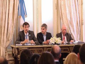 Los ministros Esteban Bullrich y Marcos Peña junto al expresidente de Chile, Ricardo Lagos.