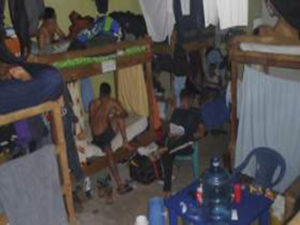 Estos dormitorios mas parecen las celdas de un centro penal en el interior del país